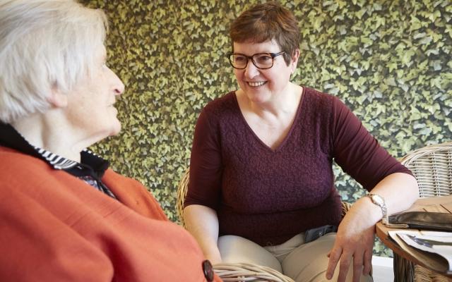 Verpleegkundige Lia in gesprek met bewoonster