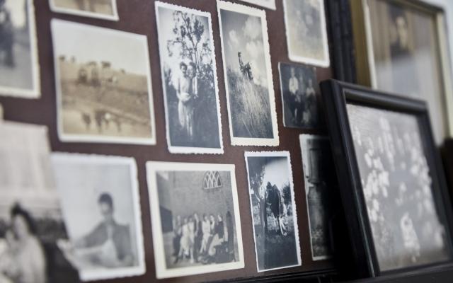 Foto's aan de muur bij iemand met dementie