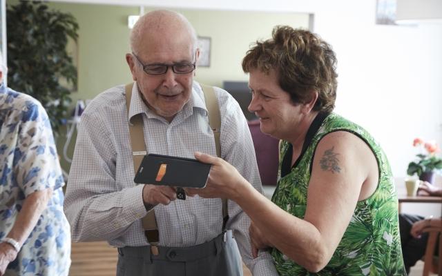 Verzorgende Els in gesprek met een bewoner