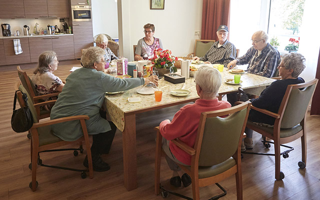Bewoners van Kloek zitten aan tafel