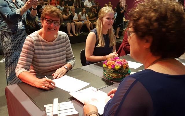 Lia Ernest van Kloek krijgt haar diploma