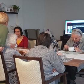 Sandra met bewoners in de woonkamer